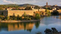 Buitrago del Lozoya, Madrid - La única población madrileña que conserva completo su recinto fortificado: una muralla de más de 800 metros de longitud y nueve de altura que desde el siglo XII, si no antes, se erige imponente sobre una cerrada curva del río Lozoya.