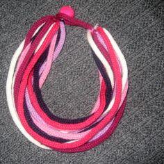 collier tricotin rose fermé . Lo vedo bene come collo su un tubino nero