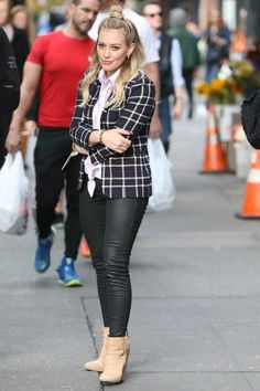 Hilary Duff Photos Photos - Hilary Duff Films 'Younger' in NYC - Zimbio Hilary Duff News, Hilary Duff Style, Curvy Outfits, Cool Outfits, Casual Outfits, Fashion Poses, Fashion Outfits, Womens Fashion, The Duff