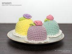 Hækleopskrift: Prinsessekager Crochet Cake, Crochet Food, Easter Crochet, Crochet For Kids, Knit Crochet, Diy Crafts Crochet, Crochet Projects, Diy And Crafts, Arts And Crafts