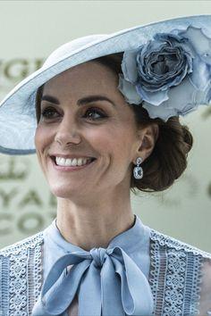 Malgré la crise sanitaire, le Royal Ascot 2021 aura bien lieu du 15 au 19 juin pour le plus grand plaisir de la reine Elizabeth dont c'est le rendez-vous favori. L'occasion de revoir les plus belles robes de la famille royale avant de découvrir cette édition 2021. Jill Biden, Meghan Markle, Looks Kate Middleton, Princess Diana Fashion, Royal Ascot, Occasion, Royalty, White Dress, Shirtdress