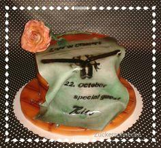 Ich hab mal versucht das Thema Guns'n Roses neu umzusetzen. Im Inneren versteckt sich ein Schokoladenkuchen mit Nougatganache