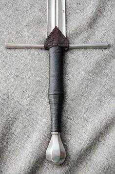 Punziertes Regenleder von 3wunder für ein Schwert im Stil des 15. Jh. | Tooled rain guard by 3wunder Leather for 15th century style sword