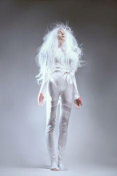 futuristic girl, hairstyle, girl in white, future girl, sci-fi girl, futuristic clothing, future fashion by FuturisticNews.com