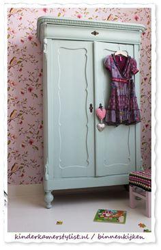 KLEUR KAST Celadon vt wonen. Prachtige kast met enorm schattig behang.