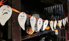 30 Halloween Ideas for Kids Crafts and Handmade Holiday Decorations Diy Halloween Garland, Diy Halloween Home Decor, Diy Halloween Dekoration, Homemade Halloween Decorations, Halloween Crafts For Kids, Halloween Ideas, Paper Halloween, Halloween Ghosts, Holiday Decorations