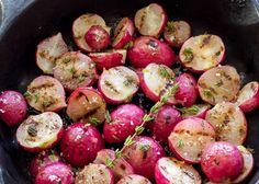 Notre recette de radis grillés au beurre et herbes est toute simple et rapide à cuisiner. C'est bon à s'en lécher les doigts.