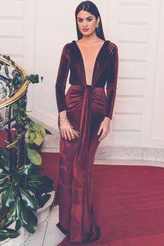 Paula lució un vestido de seda color crema ribeteado en negro de Claudia Llagostera.