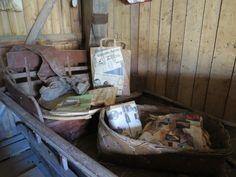 Vanha vanha reki, jossa paketteja ja lehtiä vanhoilta ajoilta