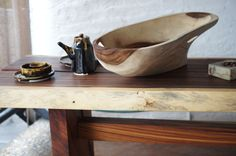 Mesa de madera de parota de recuperación, batea del mismo material.