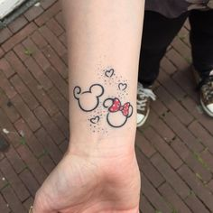 Superbe tatouage Minnie réalisé sur le poignet avec des petits coeurs