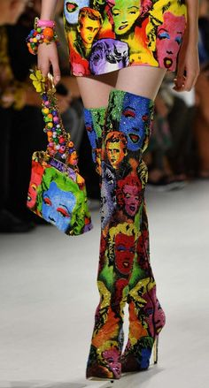 Borse Primavera Estate 2018 - Tracolla Versace multicolor Source by to style outfits body types 90s Fashion, Couture Fashion, Runway Fashion, Fashion Art, High Fashion, Fashion Shoes, Fashion Accessories, Fashion Outfits, Fashion Design