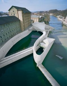 Hydroelectric power station. The amorphous form appears both gentle and dynamic, resembling, among other things, a large fish. But it can also be viewed simply as a volume inspired by the motion of waves – as if the structure had taken shape as a flowing, swelling mass and then solidified. The form of this hydroelectric power station traces and dramatizes the channelled dynamism of the water as it flows into the holding basin, down through the turbines, and back into the River Iller.