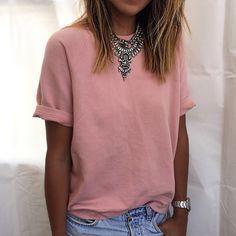 Simples e lindo! Para dar um up na t-shirt lisa aposte em um maxi colar (de preferência algum que tenha uma ponta ou que forme uma como esse, ajuda a longar o corpo). Dobrar as mangas também traz muito estilo à produção!