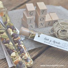 Un detalle de boda para hombre útil y original. El kit DIY está compuesto de tubos de cristal, tapones de corcho, botánicos para el gin tonic, cuerda, etiquetas personalizadas y tutorial
