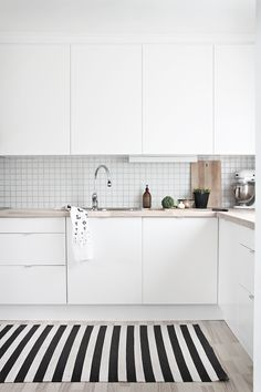 A gallery of minimalist kitchens nordic kitchen, scandinavian kitchen tiles, kitchen white Minimalist Kitchen Design, Kitchen Inspirations, Home Decor Kitchen, New Kitchen, Apartment Kitchen, Scandinavian Kitchen, Kitchen Interior, Home Kitchens, Kitchen Remodel