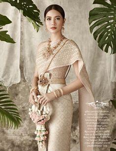 Chalita sugar Source by biancachrstbl Laos Wedding, Cambodian Wedding, Khmer Wedding, Traditional Thai Clothing, Traditional Fashion, Traditional Outfits, Thai Wedding Dress, Wedding Dress Styles, Bridal Dresses