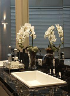 Construindo Minha Casa Clean: 7 Plantas para o Banheiro - Saiba quais plantas usar para decorar Bathroom Vanity Tray, Bathroom Counter Decor, Bathroom Accents, Bathroom Staging, Bathroom Interior Design, Table Decor Living Room, Bathroom Design Inspiration, Condo Decorating, Bath Decor