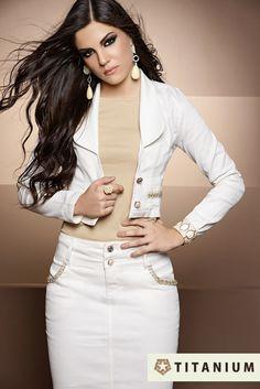As jaquetas croppeds são peças indispensáveis em qualquer closet feminino, especialmente os modelos em jeans. Confira mais no blog:     http://www.titaniumjeans.com.br/blog/index.php?id=35