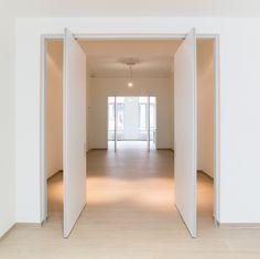Modern double pivot interior door without floor fixtures