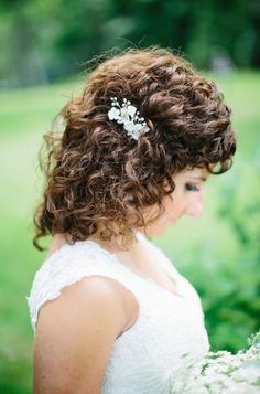 Natural curly wedding hair: http://www.stylemepretty.com/wisconsin-weddings/lake-geneva/2016/10/12/this-classic-meets-romantic-affair-is-the-definition-of-pretty/ Photography: Kristina Lorraine - http://kristinalorraine.com/