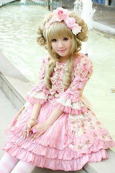 """Lolita: Subcultura que contiene elementos de la época Rococó, Victoriana, del Barroco y la época Eduardiana, se originó en Tokio Japón a finales de los 70s y sigue vigente, ésta imagen es el estilo """"Sweet Lolita"""""""