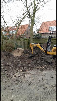 Rob Schep Verhuur te werk in Culemborg !  Met behulp van een minigraver en 2 rupsdumpers is Rob Schep Verhuur een tuin aan het leeghalen.  De 40 kuub grond is 50 meter ver, via een branduitgang afgevoerd!   Ook de tuin zomerklaar maken? Ga naar Robschepverhuur.nl