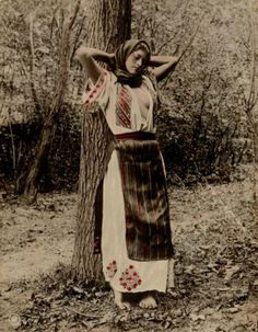 Romanian women Romanian Gypsy, Romanian Women, Iron Age, Old Photos, Girl Photos, Romania People, Gypsy Women, Fashion Illustration Vintage, Girls Uniforms