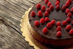 Acest tort raw vegan cu ciocolata si fructe de padure poate fi gata in mai putin de o ora! Este absolut delicios si ii poate incanta pe toti cei dragi. Ti-l recomand daca vrei sa