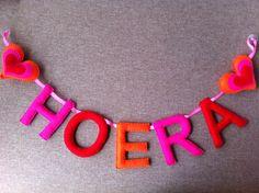 Hoera slinger gemaakt van vilt. Gemaakt van extra grote letters van 12cm.