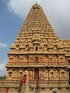 La tour en granit du Temple de Brihadesvara à Tanjavur a été construite en 1010 par Rajaraja Chola Ier.