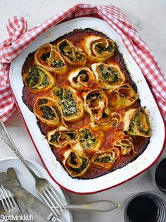Rullalasagne | Kääri lasagne rullalle! Käytä itse tehtyä pastataikinaa tai hyödynnä kaupan tuorepastalevyjä. Bataatti, pinaatti ja feta ovat täytteenä hauska trio. Rullat kypsyvät tomaattikastikkeessa. Kotivinkki