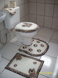 Jogo De Tapetes para Banheiro Oncinha    Jogo composto por 3 peças, sendo tapete de banheiro, tapetinho para o vaso sanitário e tampa para o vaso com babadinho duplo.    Confeccionado em tecido de algodão e misto, aplicações em feltro e algodão, com avesso em algodão cru e enchimento para deixar ... Bathroom Crafts, Bathroom Sets, Dress Sewing Patterns, Fabric Patterns, Latch Hook Rugs, Diy Clothing, Floor Rugs, Craft Tutorials, Toilet