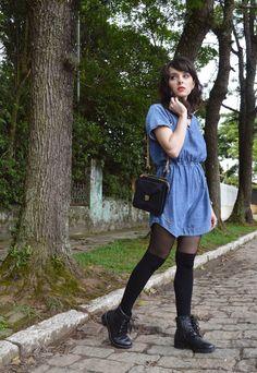 Uma camada dupla de meia-calça + meia 5/8 às vezes esquenta mais que um jeans. | 12 truques para se vestir no inverno sem parecer um urso