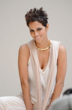 Picture of Halle Berry Halle Berry Short Hair, Halle Berry Style, Halle Berry Hot, Halle Berry Pixie, Halle Berry Hairstyles, Pixie Hairstyles, Pixie Haircut, Cute Hairstyles, Short Pixie