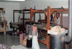 Hochwertige und waschbare Fleckerlteppiche nach Mass weben, auch in Lohnarbeit. Haben Sie ev. Stoffe die sie nicht benötigen? Loft, Furniture, Home Decor, Woven Chair, Weaving, Textiles, Fabrics, Decoration Home, Room Decor