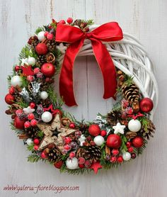 Check out our pick of Christmas door decorations! We have all sorts of Christmas door wreaths, so you will definitely be able to find the best one. Christmas Mood, Gold Christmas, Christmas Crafts, Christmas Ornaments, Handmade Christmas Decorations, Holiday Wreaths, Christmas Tree Decorations, Christmas Inspiration, Holidays