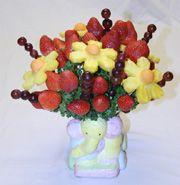 How to make an edible fruit boquet Edible Fruit Arrangements, Fruit Centerpieces, Edible Bouquets, Centerpiece Ideas, Cookie Arrangements, Shower Centerpieces, Flower Arrangements, Décoration Baby Shower, Baby Shower Fruit