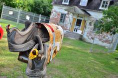 Les souliers d'un inconnu semblent avoir bien voyagé... Laissés dans la boîte aux lettres de la maison Félix-Leclerc le jour du 25e anniversaire de son décès. (Photo Daniel Cuillerier)