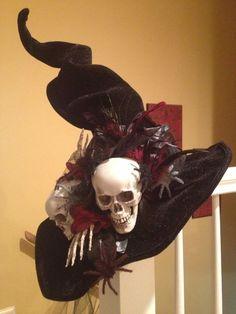 dark witch halloween decorations | Via Tammy Stewart Disfarces Halloween, Fun Halloween Treats, Diy Halloween Decorations, Spooky Treats, Halloween Wreaths, Halloween Recipe, Halloween Costumes, Witches Night Out, Witch Hats