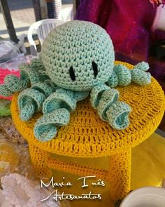 Banquinho coberto por crochê para mesas de festas e polvinho para babys prematuros (outro modelo)   #Crochê #artes #artesanato
