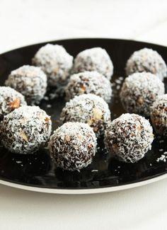 Kokos dadelballetjes Healthy Bars, Healthy Baking, Healthy Snacks, Healthy Recipes, Sweet Recipes, Real Food Recipes, Cake Recipes, Alice Delice, Good Food