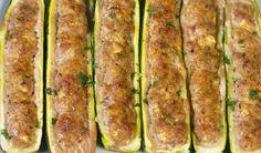 Un'idea per sfruttare questo ortaggio prezioso e per servire un antipasto leggero e sfizioso: basterà tagliare le zucchine a cilindri e riempirle con un composto di patate lessate, provolone e ricotta e poi cuocerle in forno.