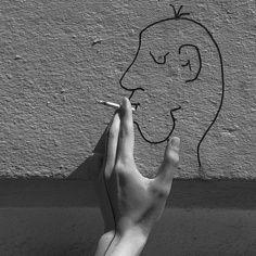 Lonely smokers, is true is false, real hand, dummy. Gray Background Photo, Art Photo.ロンリー喫煙者は真である偽、真の手、ダミーです。灰色の背景写真、芸術写真。