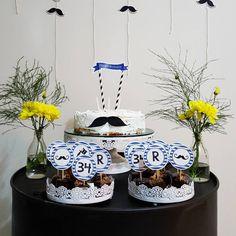 O bolo de aniversário do Rodrigo ♥ Tudinho feito por nós. Desde o bolo, a papelaria, a mesa (que na verdade é um tambor de óleo), a decoração.  Fala se não é muito minimal? Amamos o resultado. #bdayRodrigo #morandocomamor #festa #bday #homesweethome #homedecor #instadecor #decoracao #minhacasapop #decorarmm #decorfeelings #diy #mustache #flowers #papelaria #tags #fazendoafesta #minimal #minimaldecor #scandinaviandecor #scandinavianparty #industrialdecor