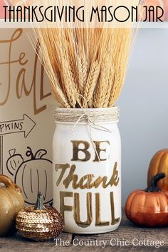 A great Thanksgiving mason jar craft that you can make in minutes for your fall decor. Use this same technique to make quote mason jars for all seasons. Pot Mason Diy, Fall Mason Jars, Mason Jar Crafts, Diy Thanksgiving Crafts, Thanksgiving Centerpieces, Rustic Thanksgiving, Christmas Crafts, Fun Craft, Craft Ideas
