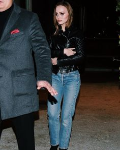 Lily-Rose Depp in chic denim uniform: classic medium blue jeans and a black leather biker jacket. Lily Rose Depp Style, Lily Rose Melody Depp, Lily Depp, Cute Outfits With Leggings, Black Leather Biker Jacket, Celebrity Look, Celeb Style, Glamour, Denim Outfit