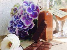Pro všechny milovníky sladkých likérů a čokolády tu mám recept na lahvičku něčeho ostřejšího na tzv. vypálení červa a zároveň na oblažení chuťových pohárků. Když likér nalijete do hezkých lahviček se