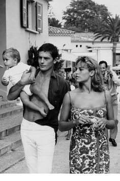The 42 Hunkiest Celebrity Dads of All Time Alain Delon. See 37 other hot celebrity dads with their adorable kids. Celebrity Babies, Celebrity Couples, Celebrity Photos, Celebrity Style, Casual Mom Style, Guy Style, Father Knows Best, Hot Dads, Young Celebrities
