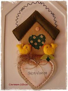 Casinhas de passarinhos com moldes Felt Decorations, Christmas Decorations, Christmas Ornaments, Holiday Decor, Felt Crafts Dolls, Sewing Projects, Projects To Try, Felt Fairy, Felt Embroidery